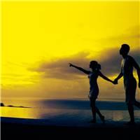 海边牵手情侣调出浪漫金色黄昏