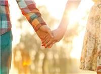 浪漫牵手的情侣图片