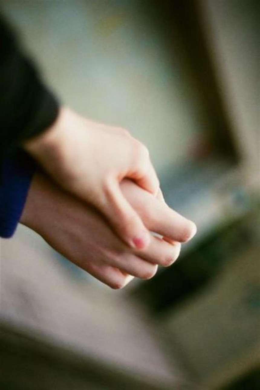浪漫甜美的情侣牵手的唯美小清新图片_配图大全
